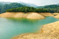 Oranje sedimentair gesteente en duidelijk water royalty-vrije stock afbeeldingen
