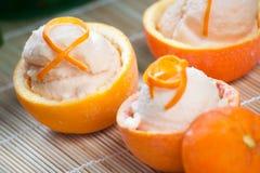 Oranje Sorbet in Uitgeholde Vruchten Stock Foto