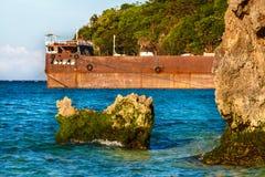 Oranje staalpijler op tropische overzees met rotsen Filippijnen Stock Foto