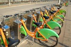 Oranje stedelijke openbaar vervoerfiets Royalty-vrije Stock Foto