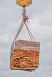 Oranje stevige kleibaksteen bij pallet het opheffen Royalty-vrije Stock Foto