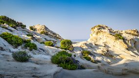 Oranje strand rotsachtige golven Stock Fotografie