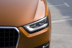 Oranje SUV stock foto's