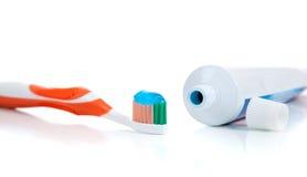 Oranje tandenborstel met tandpasta op wit Royalty-vrije Stock Fotografie