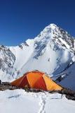 Oranje tent in bergen Stock Foto