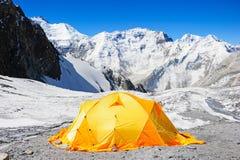 Oranje tent op de gletsjer in hooggebergte De nok van de Everestbasis Royalty-vrije Stock Foto
