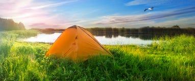 Oranje tent op de kust van het meer Stock Foto's