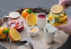 Oranje thee met gember en frambozen op een houten achtergrond Royalty-vrije Stock Foto