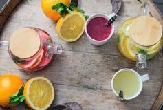 Oranje thee met gember en frambozen op een houten achtergrond Stock Afbeeldingen