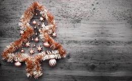 Oranje Tinsel Christmas Tree, Exemplaarruimte Stock Afbeeldingen
