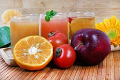 Oranje tomaat en appelsap Stock Afbeeldingen