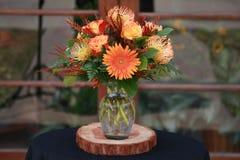 Oranje Tone Flower Arrangement Royalty-vrije Stock Afbeelding