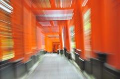 Oranje Torii (s) in Motie stock fotografie