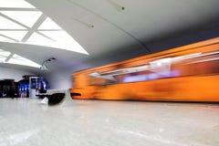 Oranje trein op platform stock afbeelding