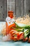 Oranje tulpen met houten hart royalty-vrije stock foto