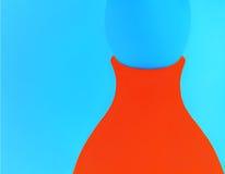 Oranje Vaas op een Blauwe Achtergrond Stock Foto's