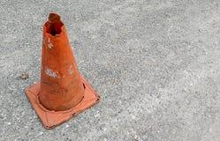 Oranje verkeerskegel op asfaltweg royalty-vrije stock afbeeldingen