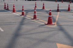 Oranje verkeerskegels in openluchtparkeerterrein Stock Foto