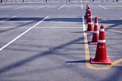 Oranje verkeerskegels in openluchtparkeerterrein Royalty-vrije Stock Foto's