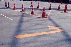 Oranje verkeerskegels in openluchtparkeerterrein Stock Foto's