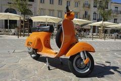 Oranje Vespa Royalty-vrije Stock Foto's