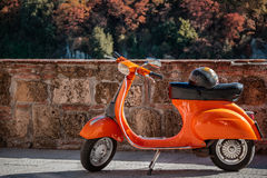 Oranje Vespa byke Stock Afbeeldingen