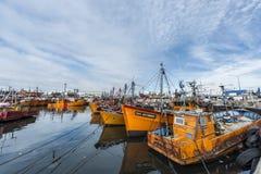 Oranje vissersboten in Mar del Plata, Argentinië Stock Fotografie