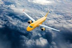 Oranje vliegtuig tijdens de vlucht Stock Afbeelding