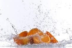 Oranje vruchten en Bespattend water Stock Afbeeldingen