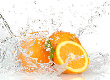 Oranje vruchten met het Bespatten van water royalty-vrije stock afbeeldingen