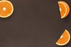 Oranje vruchten op de donkere houten achtergrond van de achtergrondkleuren wenge textuur Royalty-vrije Stock Afbeeldingen