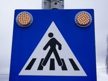 Oranje waarschuwingslichten op het teken van de voetgangersoversteekplaatsstraat stock afbeelding