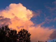 Oranje wolken en blauwe hemel Royalty-vrije Stock Afbeeldingen
