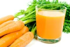 Oranje wortelen met sap Stock Fotografie