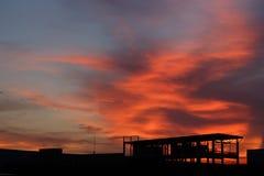 Oranje zonsondergang bij zonsondergang stock afbeeldingen