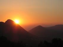 Oranje zonsondergang in de bergen Royalty-vrije Stock Foto's