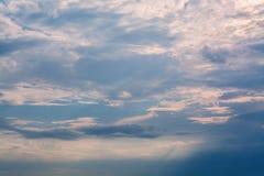 Oranje zonsondergang in de donkere hemel Royalty-vrije Stock Foto