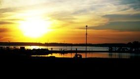 Oranje zonsondergang in de jachtclub De boten worden geparkeerd op het water stock video