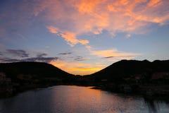 Oranje zonsondergang en wolken op de donkerblauwe hemel in berg Stock Afbeelding