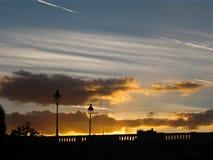 Oranje zonsondergang op de brug met wolken Royalty-vrije Stock Foto