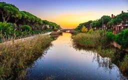 Oranje zonsondergang op de rivier Stock Foto
