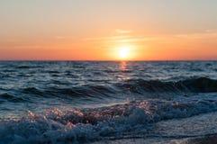 Oranje Zonsondergang op zee stock afbeeldingen