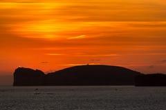 Oranje zonsondergang over Capo Caccia en vuurtoren in Sardinige Stock Foto