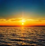 Oranje zonsondergang over rivier Royalty-vrije Stock Afbeelding