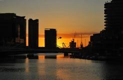 Oranje zonsondergang over wolkenkrabbers van Melbourne de stad in, Yarra-Rivier Royalty-vrije Stock Afbeeldingen
