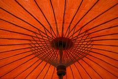 Oranjerode parapluachtergrond stock foto's
