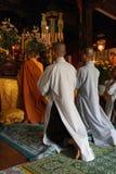 Orants en blanc (pagode Tu Hieu - Hué - Viêtnam) 免版税库存图片