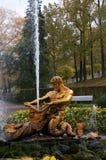Oranzhereiny喷泉在Peterhof庭院里  免版税库存照片