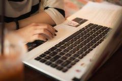 Orario di lavoro con il computer portatile e la fine sulle mani Fotografia Stock