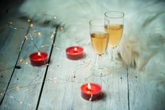 Orario invernale, due vetri di champagne su fondo delle luci fotografie stock